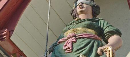 Sehenswuerdigkeit Gerechtigkeitsbrunnen Justizia Aarau