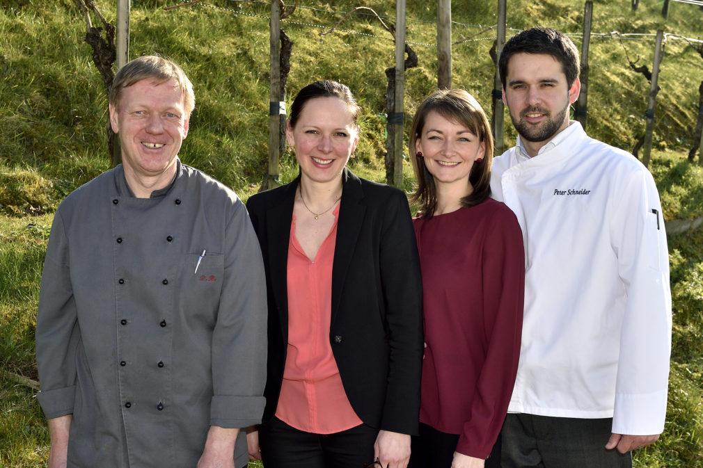 (v.l.) Küchenchef René Rentsch, Manuela Schmid, Magali und Peter Schneider